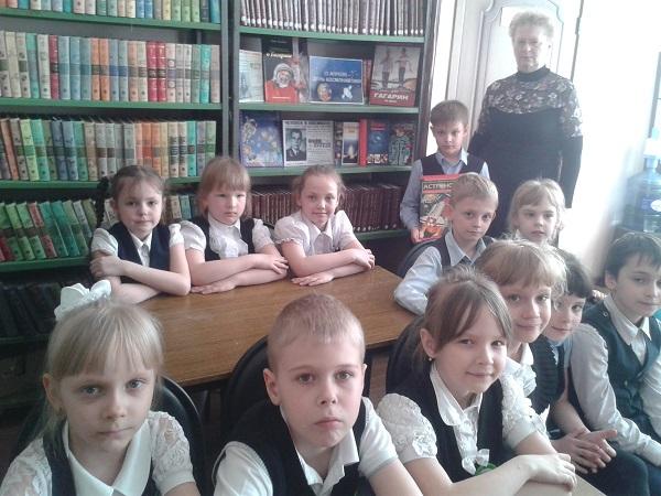 Библиотечный-урок-Ю.А.Гагарин-первый-космонавт-проводит-О.М.Забазнова.